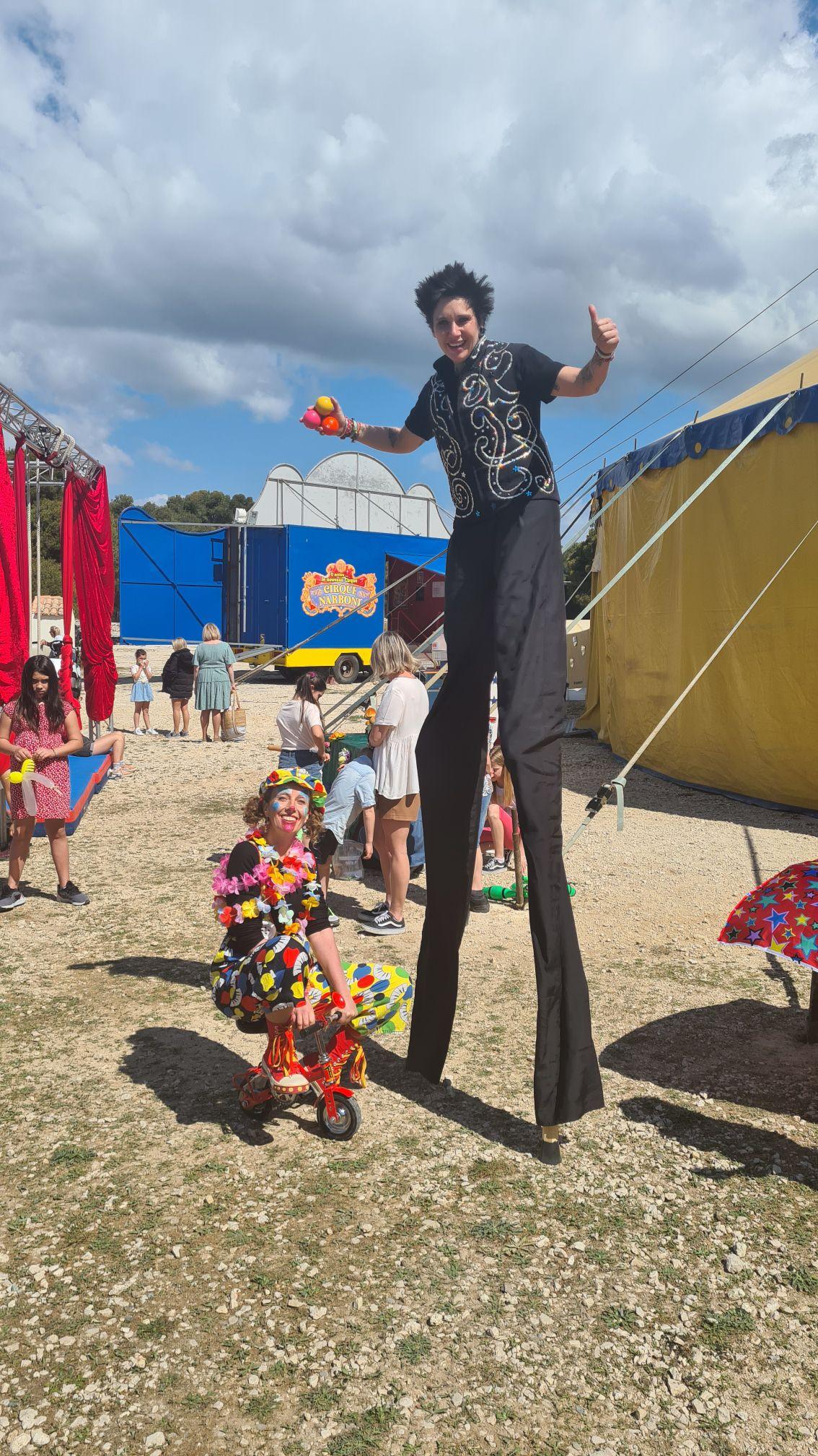 Création d'une chemise géante et  d'un pantalon d'échassière pour Sophie Ortiz – La Maison de Nina  Marseille. Tournage pour l'émission Camping Paradis